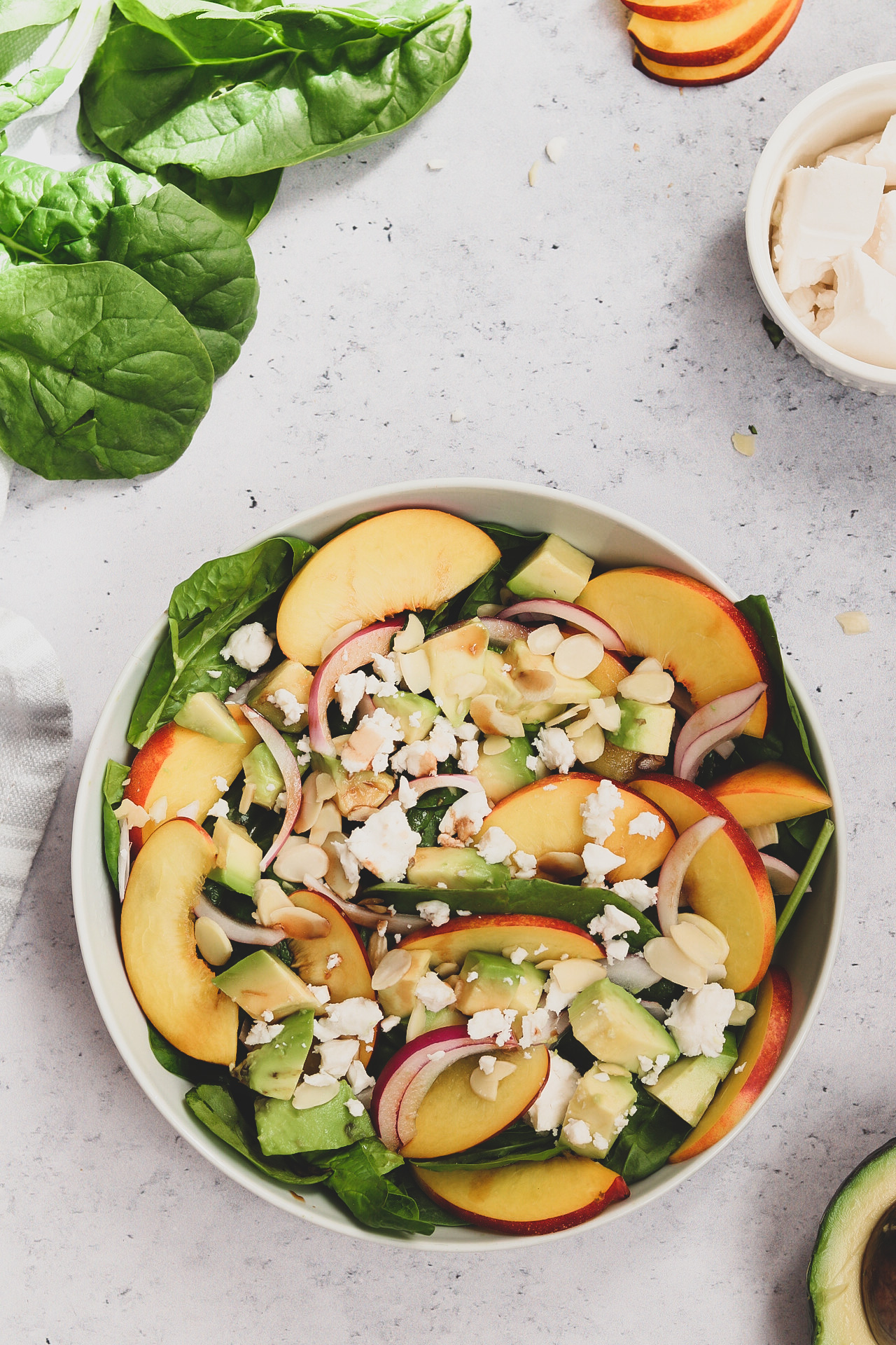 salata s breskvama i špinatom