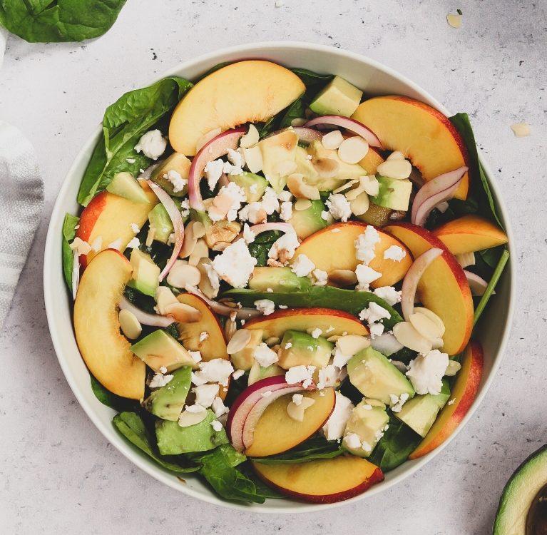salata sa špinatom i breskvama